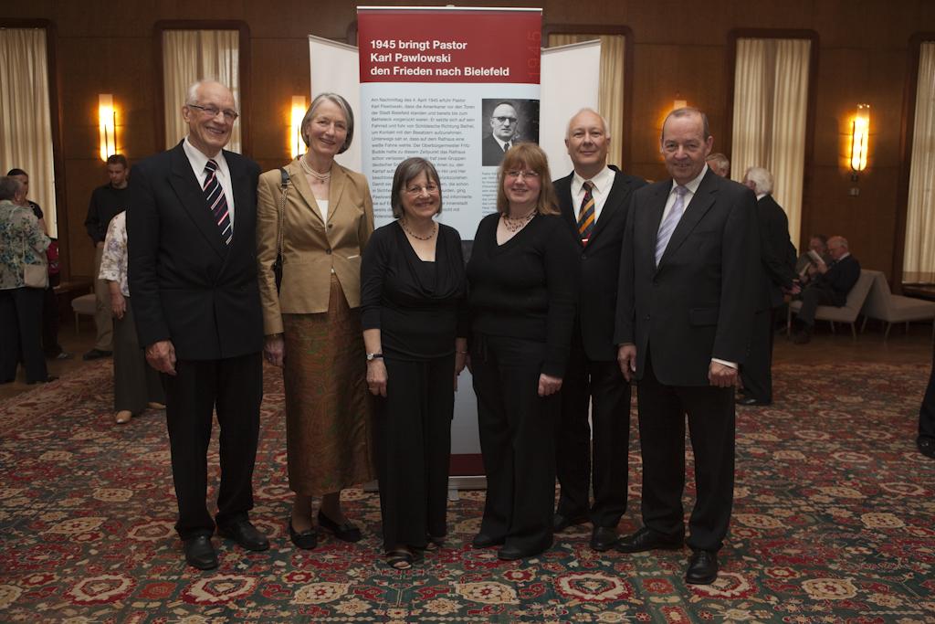 Der Vorstand des Ev. Johanneswerkes e.V. zusammen mit Tochter und Sohn von Karl Pawlowski und den beiden Chorsprecherinnen